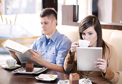 Εφημερίδα, tablet και καφές